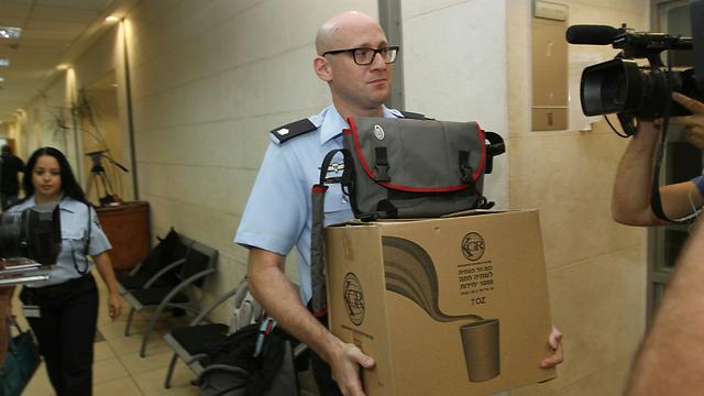 חוקר המשטרה בתיק לאומי קארד בבית המשפט  (צילום: עידו ארז) (צילום: עידו ארז)