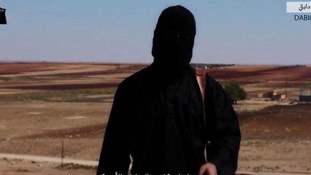 """נפצע בתקיפות הקואליציה? """"ג'ון הג'יהאדיסט"""" בסרטון האחרון של דאעש ()"""