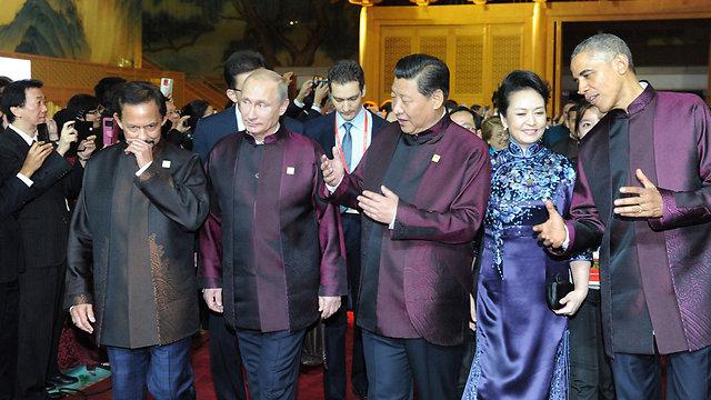 """הישגים לצד בגדים """"מגוחכים"""". אובמה, פוטין ושי בוועידת APEC בבייג'ינג (צילום: EPA) (צילום: EPA)"""