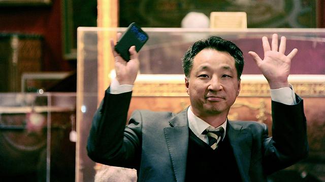 נראה את הכובע למבקרים. הרוכש הדרום-קוריאני (צילום: AFP)
