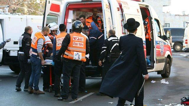 פרמדיקים מטפלים בפצועים (צילום: הלל מאיר - סוכנות תצפית) (צילום: הלל מאיר - סוכנות תצפית)