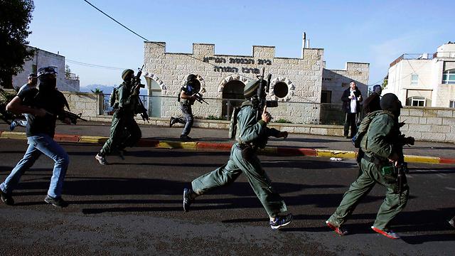 פעילות כוחות הביטחון בזירת הפיגוע (צילום: רויטרס) (צילום: רויטרס)