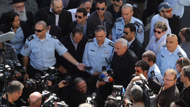 אהרונוביץ' ודנינו בזירת הפיגוע (צילום: גיל יוחנן) (צילום: גיל יוחנן)