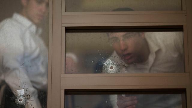 הילד הצליח להימלט מהתופת. זירת הפיגוע בבית הכנסת (צילום: AP) (צילום: AP)