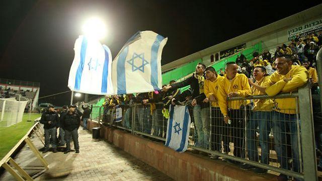 """אוהדי בית""""ר עם דגל ישראל. יישארו מחוץ לסכנין? (צילום: אלעד גרשגורן) (צילום: אלעד גרשגורן)"""