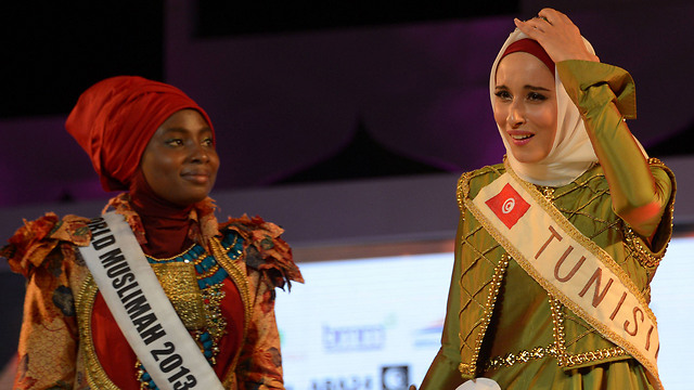 Fatma and last year's winner, Obabiyi Aishah Ajibola of Nigera (Photo: AFP)