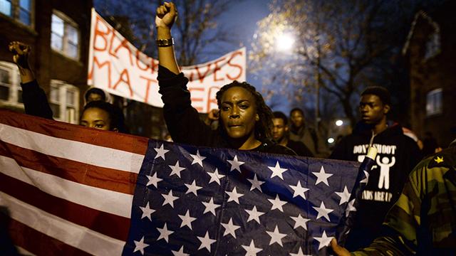 הרג שחורים על ידי שוטרים לבנים הפך לתופעה רווחת. הפגנה בסנט לואיס במחאה על מותו של הנער השחור מייקל בראון (צילום: AFP)
