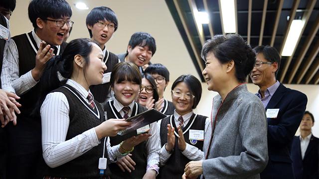 נשיאת דרום קוריאה פארק ג'ן-הייאה עם סטודנטים צעירים (צילום: EPA) (צילום: EPA)