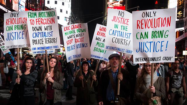 """""""רק מהפכה תביא צדק"""". מחאה בטיימס סקוור  (צילום: AP) (צילום: AP)"""