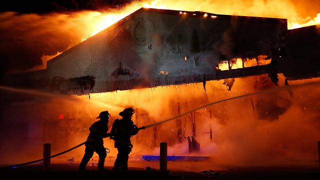 מסעדה הועלתה באש  (צילום: EPA) (צילום: EPA)