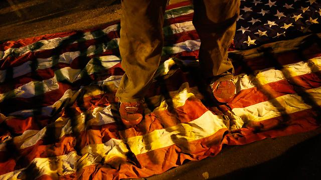 """דורכים על דגל ארה""""ב בקליפורניה  (צילום: רויטרס) (צילום: רויטרס)"""