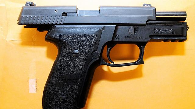 האקדח שבו ירה השוטר בנער השחור  (צילום: AP) (צילום: AP)