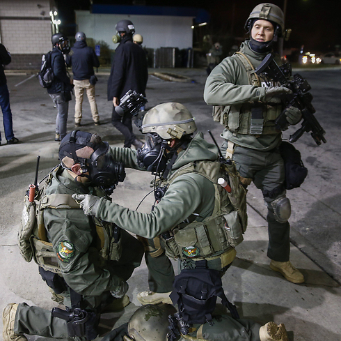 שוטרים עם מסכות גז בפרגוסון  (צילום: EPA) (צילום: EPA)