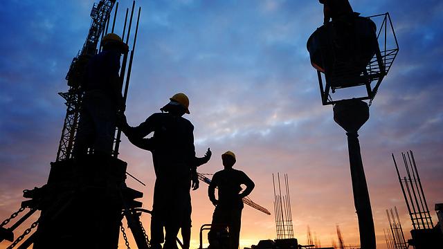 חלק מההון השחור - התשלום לפועלי הבניין (צילום: shutterstock) (צילום: shutterstock)