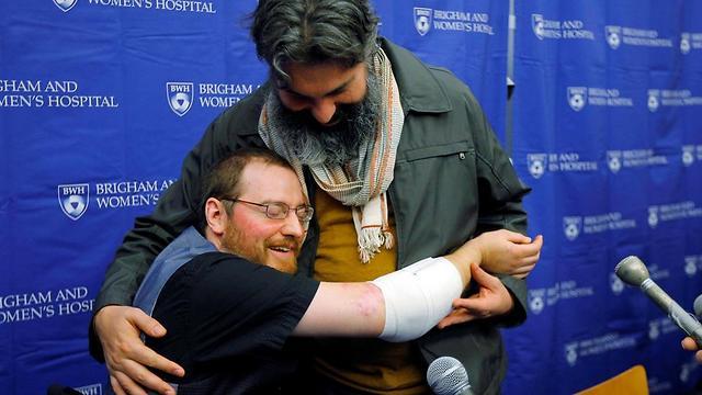 וויל לוצנהייזר מחבק את בן זוגו עם הזרועות החדשות. הרופאים נדהמו מהתקדמותו המהירה (צילום: רויטרס) (צילום: רויטרס)