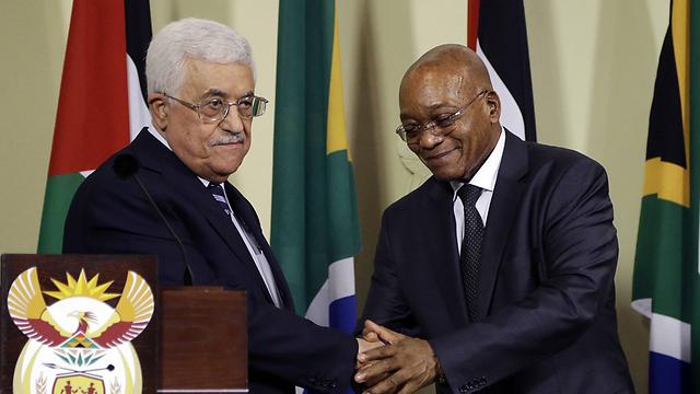 נשיא דרום אפריקה ג'ייקוב זומה לוחץ את ידו של אבו מאזן במהלך ביקורו בדרום אפריקה (צילום: AP) (צילום: AP)