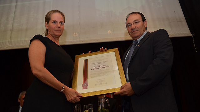 The baroness receives her certificate (Photo: City of Rishon Lezion)