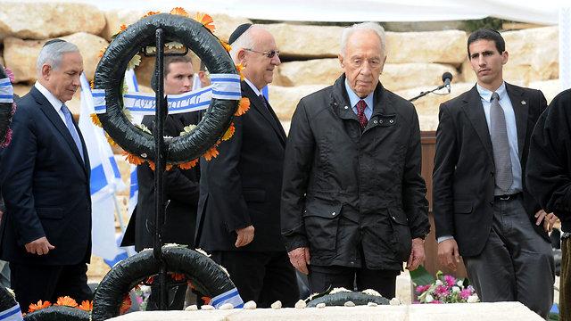 Netanyahu, Rivlin and Peres at the ceremony (Photo: Haim Hornstein)