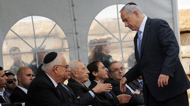 Netanyahu speaking to Peres and Rivlin (Photo: Haim Hornstein)