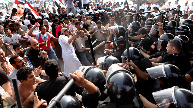 Police and protestors in Egypt following the vedict in Hosni Mubarak's trial (Archive Photo: AP)