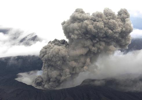 הר אסו מתפרץ (צילום: AP) (צילום: AP)