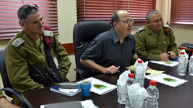 Eisenkot with former Defense Minister Ya'alon (C) and Deputy Chief of Staff Golan (Photo: Ariel Hermoni/Defense Ministry)