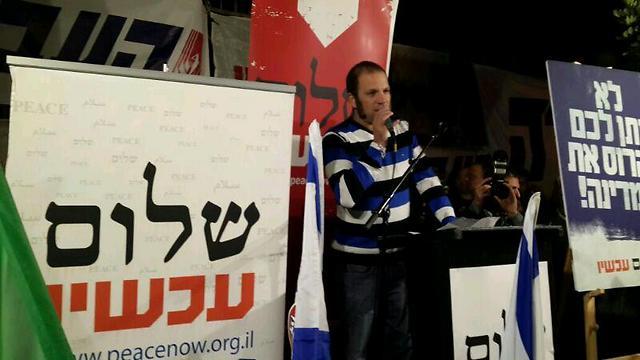 שאנן סטריט מהדג נחש בהפגנה בירושלים  (צילום: יניב שחם, שלום עכשיו) (צילום: יניב שחם, שלום עכשיו)