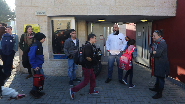 Students arrive at entrance of school, Sunday morning (Photo: Gil Yoanan) (Photo: Gil Yohanan)