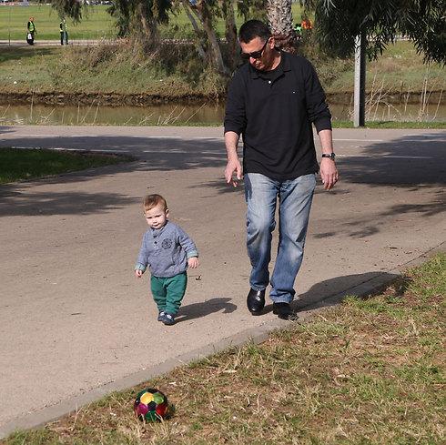 מלחמות בכנסת? השר הפורש גדעון סער משחק עם בנו דוד, הבוקר בפארק הירקון (צילום: מוטי קמחי) (צילום: מוטי קמחי)