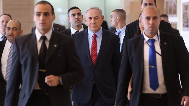 Netanyhu heads into Knesset (Photo: Gil Yohanan)