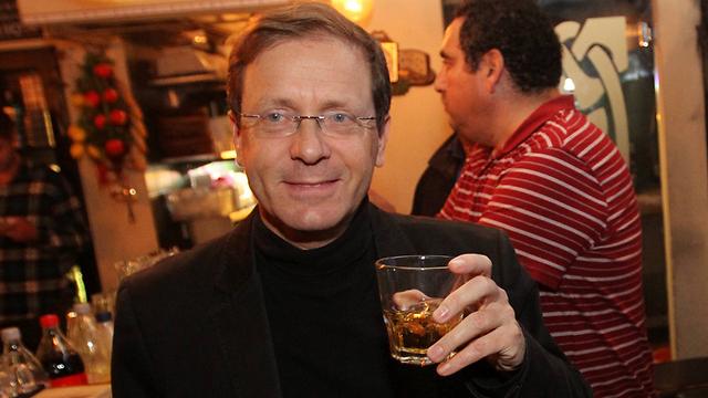 מרים כוסית, ולא שותה (צילום: עידו ארז) (צילום: עידו ארז)