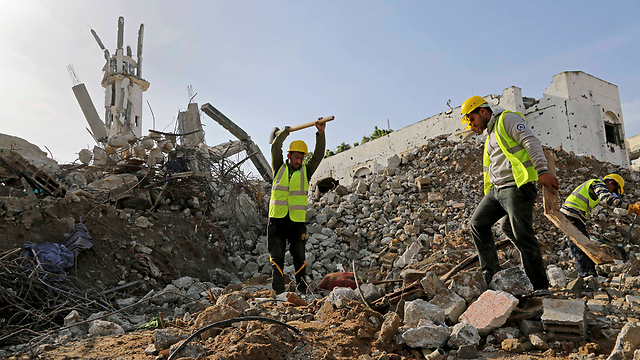 Workers clear rubble in Gaza (Photo:AP)