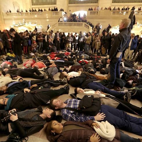 מחאה בתחנת הרכבת המרכזית של מנהטן (צילום: AP) (צילום: AP)