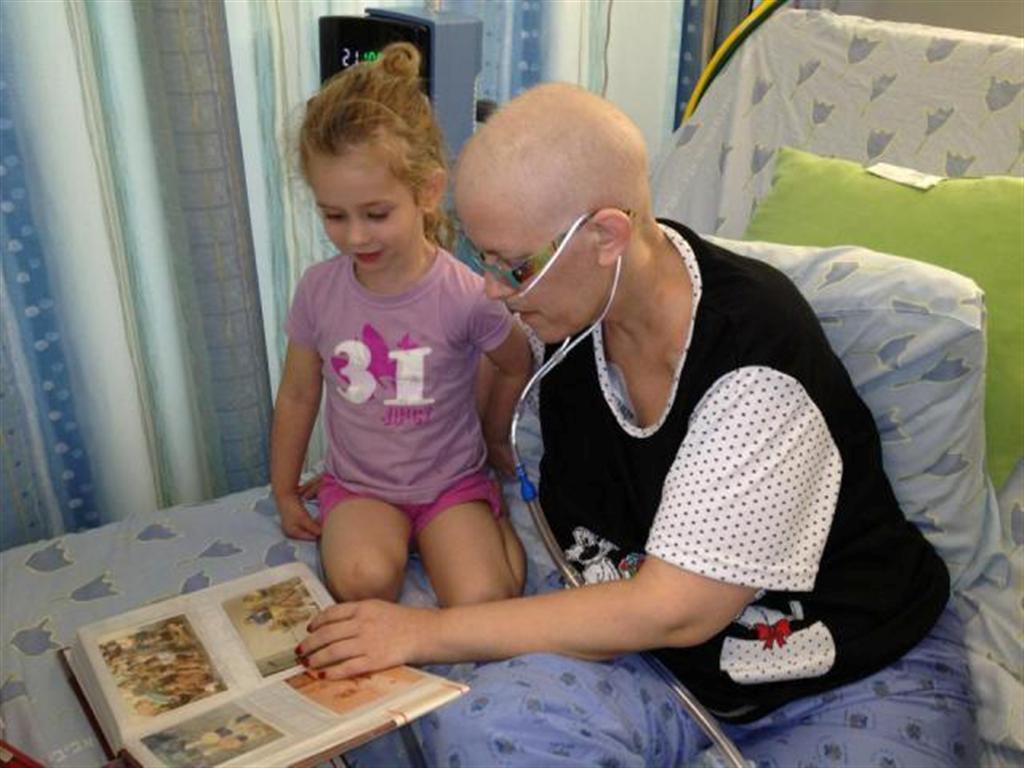 """איריס ז""""ל עם דר, בבית החולים. מסתכלות באלבום התמונות המשפחתי (צילום: דרור כהנוביץ') (צילום: דרור כהנוביץ')"""