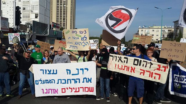 """מחאה להקטנת זיהום האוויר באזור חיפה. למטה: ראש העיר יונה יהב (אחיה ראב""""ד) (אחיה ראב"""