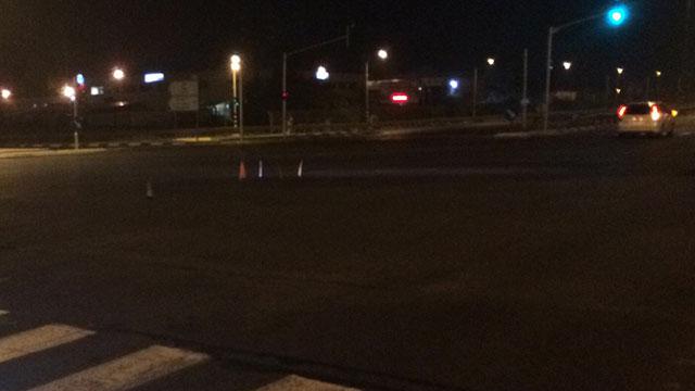 צומת בית דגן, אמש. שם נפלה הפעוטה, משם נמלט הנהג (צילום: אלי סניור) (צילום: אלי סניור)
