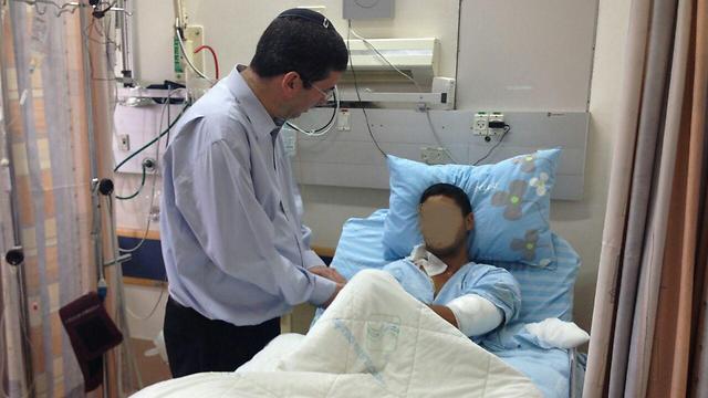 סגן שר החינוך, אבי וורמן, מבקר פצוע בבית החולים (צילום: קובי ויצמן) (צילום: קובי ויצמן)
