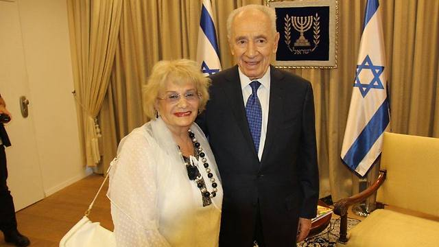 הנשיא לשעבר שמעון פרס ודליה שץ ()