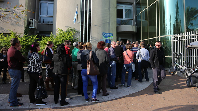 עומדים בתור מחוץ ללשכת התעסוקה  (צילום: ירון ברנר) (צילום: ירון ברנר)