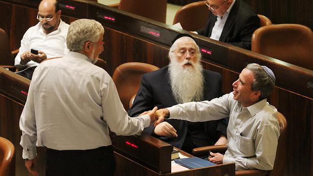 Hatnua MK Amram Mitzna shaking hands with MK Elazar Stern (Photo: Ido Erez)