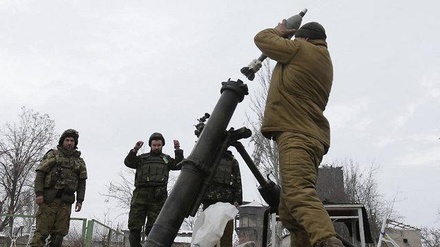 ירי מרגמה של צבא אוקראינה באזור דונייצק                     (צילום: AFP) (צילום: AFP)