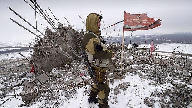 """הסכימו להפסקת האש. בדלן פרו-רוסי ב""""רפובליקה העממית של דונייצק"""" (צילום: AFP) (צילום: AFP)"""