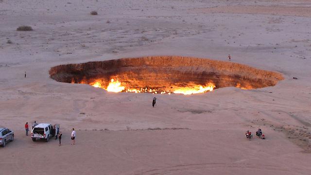 מכתש גז שבוער בטורקמניסטן כבר יותר מ-40 שנה, בגלל טעות קידוח שביצעו מדענים סובייטים בשנות ה-70 (צילום: AFP) (צילום: AFP)