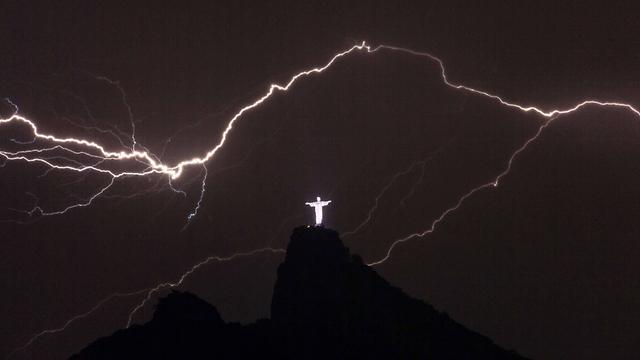 ג'יזס! ברקים מעל פסל ישו בריו דה ז'ניירו. צילום: יסויושי צ'יבה (צילום: AFP) (צילום: AFP)