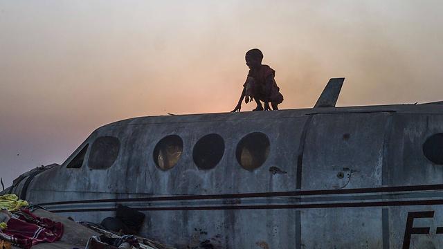 ילד על מטוס במחנה פליטים נוצרי ברפובליקה של מרכז אפריקה. צילום: פרד דופור (צילום: AFP) (צילום: AFP)