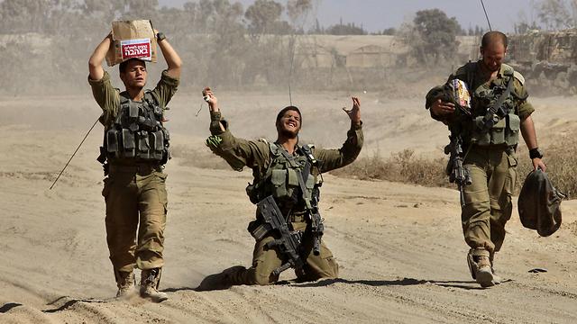"""חיילי צה""""ל חוזרים מעזה ב""""צוק איתן"""". צילום: גיל כהן מגן (צילום: AFP) (צילום: AFP)"""