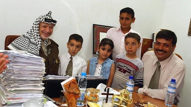 Abu Ein with Yasser Arafat in Ramallah, 2003. (Photo: AFP)