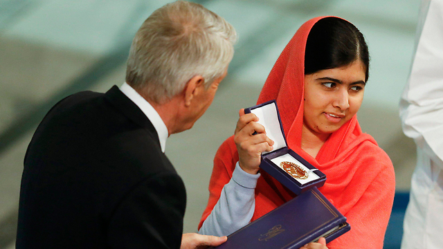 Malala receives Nobel Peace Prize (Photo: Reuters)