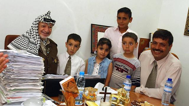 Abu Ein with Yasser Arafat in 2003 (Photo: AFP) (Photo: AFP)