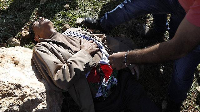 אבו עין אחרי העימות, אתמול (צילום: AFP) (צילום: AFP)